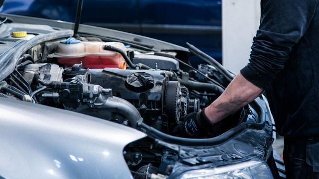 Moottoria korjataan